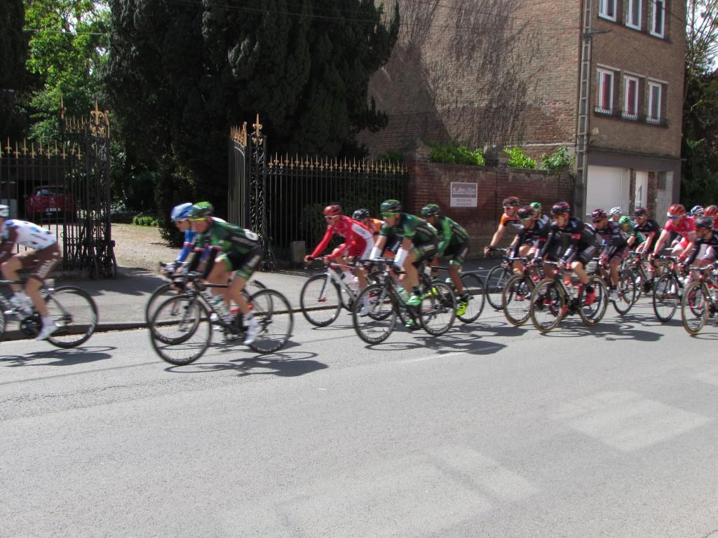 Les coureurs cyclistes des 4 jours de Dunkerque passent devant l'Anna Maria